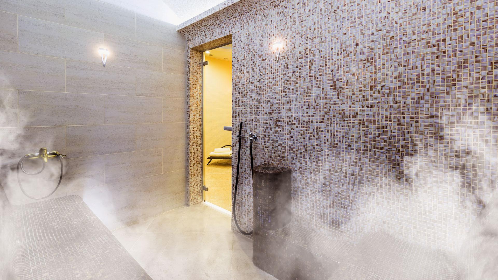 Dampfbäder pflegen mittels niedriger Temperatur und hoher Luftfeuchtigkeit.